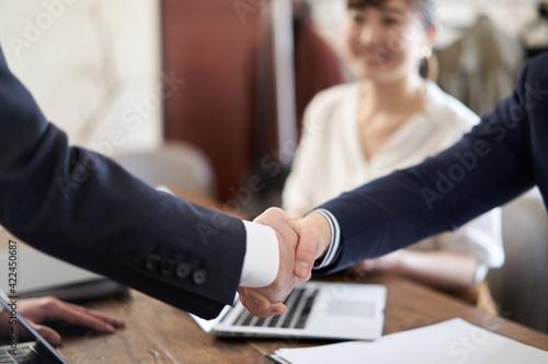 握手をするアジア人ビジネスマン