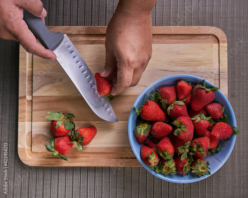 Fototapeta Fresas en un plato sobre una tabla listas para preparar un rico postre obraz
