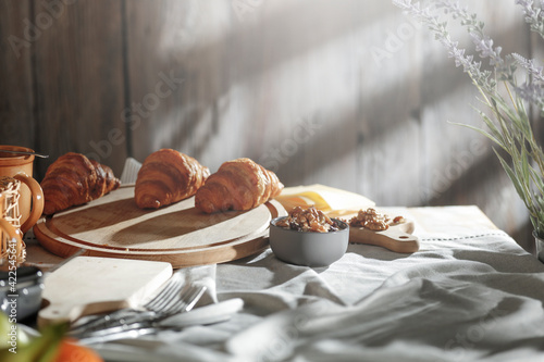 Foto Spring morning breakfast in a country cottage under the natural sun