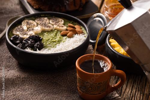 Fototapeta Servindo uma xícara de café na cafeteira italiana obraz
