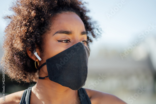 Fototapeta Afro athletic woman standing outdoors. obraz