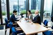 都心の企業で働くビジネスチームとオンラインで繋がるクライアント