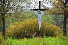 Ein Wegkreuz An Einer Straße Im Bezirk Vöcklabruck, Österreich, Europa - A Wayside Cross On A Street In The Vöcklabruck District, Austria, Europe