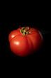 pomidor na czarnym tle