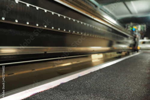 Fototapeta Wewnętrzna część drukarki UV wielkoformatowej, karetka w ruchu, obraz