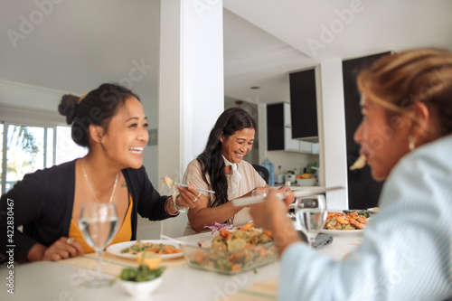 Papel de parede Family of filipino women sharing lunch together at home - Family spending qualit