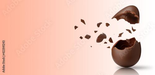 Uovo di pasqua esploso con tanti pezzetti di cioccolato sospesi in aria