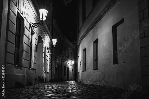 Fotografia old streets of Prague at night