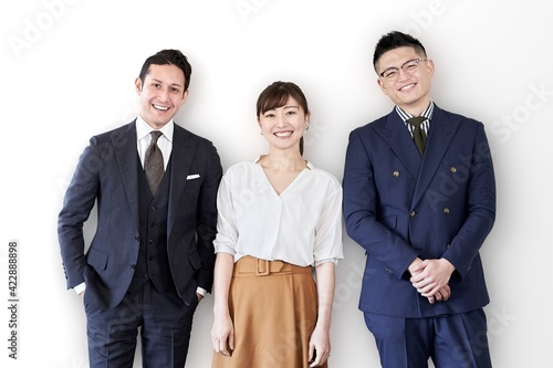 Canvas 笑顔で立つアジア人とラテン人のビジネスパーソン