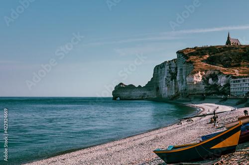 Canvastavla La plage d'Etretat et ses falaises