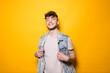 canvas print picture - Junger Mann posiert vor einem gelben Hintergrund