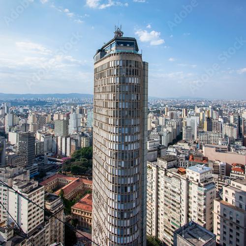 Horizonte da cidade de São Paulo com a torre do Edifício Itália ao centro.