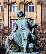Otto-von-Guericke-Denkmal Am Rathaus Von Magdeburg