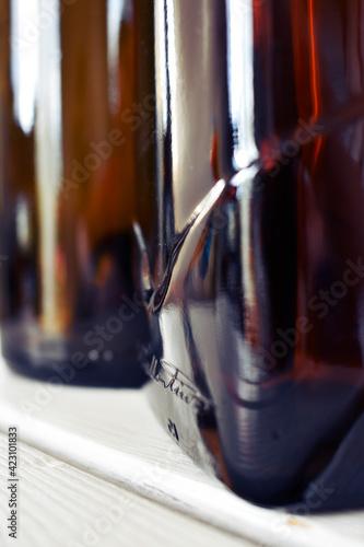 Obraz stojące dwie puste butelki obok siebie - fototapety do salonu