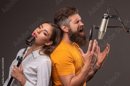 Fotografia Singer couple singing rock