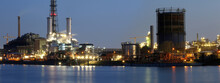 Abendaufnahme Von Der BASF In Ludwigshafen Mit Dem Rhein Im Vordergrund
