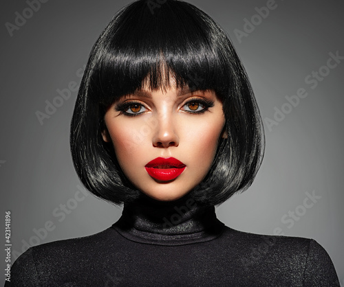 Foto Beautiful brunette girl with red lips and black bob hairstyle