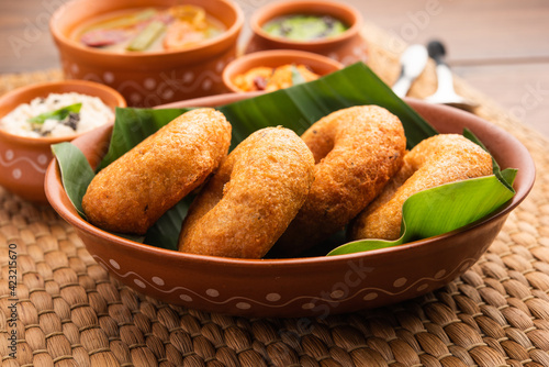 Photo Medu Vada or sambar vada, a popular South Indian food served with different chut