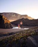 Fototapeta Fototapety z morzem do Twojej sypialni - Matka z córką na pięknej plaży