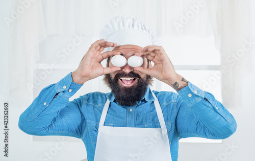Papel de parede handsome man with beard and moustache cooking food