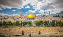The Old City, Jerusalem. The Dome Of The Rock Mosque In Jerusalem, The Wall Of The Old City, Jerusalém Israel March 2021