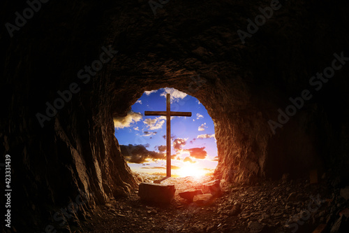 Foto View of wooden cross at sunset from cave.