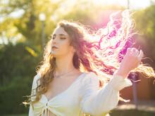 Mujer Disfrutando De La Primavera Durante La Puesta De Sol