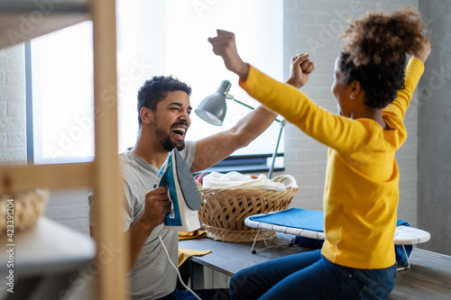 Tela Single father and daughter doing household chores and housekeeping