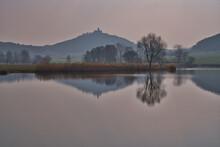 See Am Morgen Mit Spiegelung Von Einem Berg Und Einer Burg