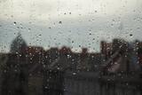 Widok na stare miasto przez szklaną szybę z kroplami, Wrocław, Polska