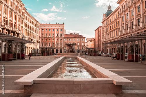 Fontana in una piazza di Trieste, Italia