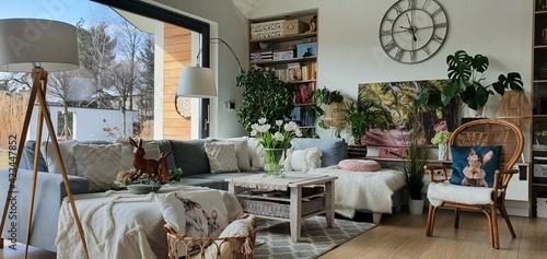 Fototapeta wnętrza nowoczesnego domu z dużymi onami i widokiem na piękny ogród obraz