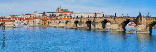 Fotografia Charles Bridge and historical buildings in Prague from across th