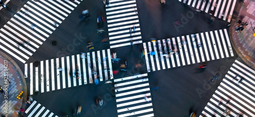 Obraz Traffic and people cross a busy intersection in Ginza - fototapety do salonu
