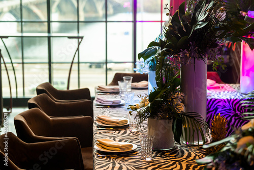 Fotografia banquet table setting with floristry at an event on a banquet table made of natu