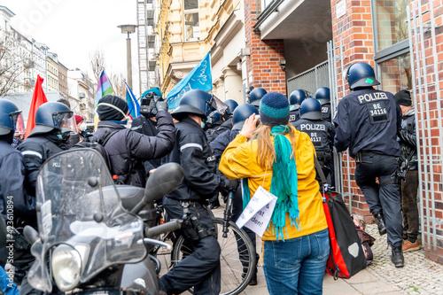 Photo Corona Demonstranten in Berlin am Rosa-Luxemburg-Platz  am 28
