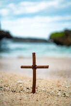 오키나와 해변의 나무십자가