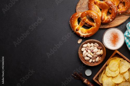 Fotografia Lager beer, nuts, potato chips and fresh homemade pretzel