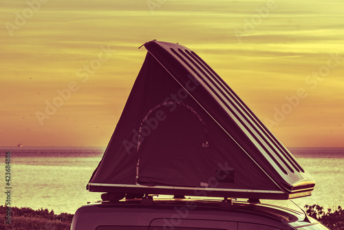 Photo Car with roof top tent camp on beach