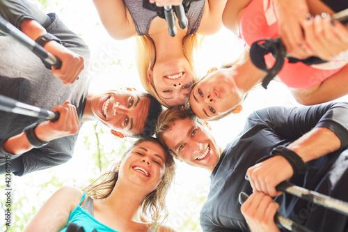 Fototapeta premium Gruppe Teenager als Freunde im Kreis