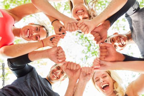 Fototapeta Gruppe junger Leute als Team mit geballten Fäusten obraz