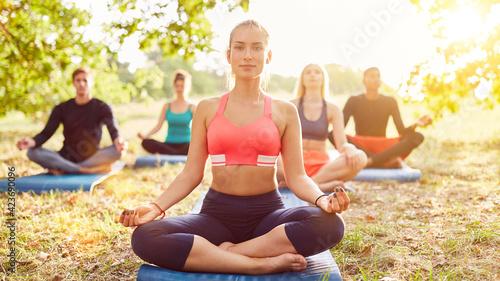 Fototapeta premium Meditation zusammen im Yoga Kurs draußen in Natur