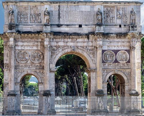 Arco do Triunfo de Constantino em Roma, perto do Coliseu