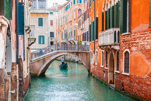 Foto Beautiful canal with old medieval architecture and bridge in Venice, Italy
