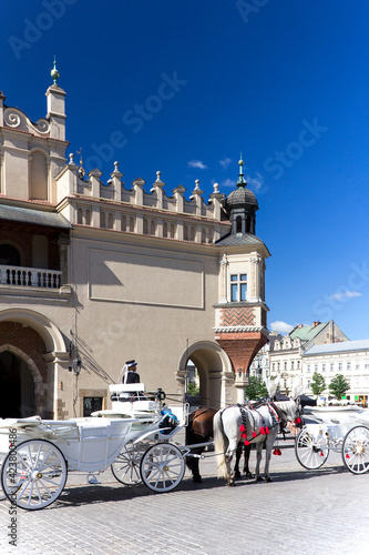 Photo Old-styled horse carriage on main market square in Cracow, Poland