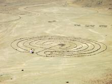 Persona Sentada En La Entrada De Un Laberinto En El Desierto