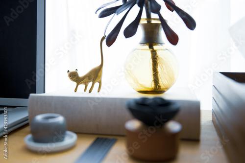 Foto ノートパソコンとワークスペーステーブル周りのスナップ写真