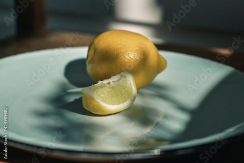 Fototapeta cytryny leżące na talerzu obraz