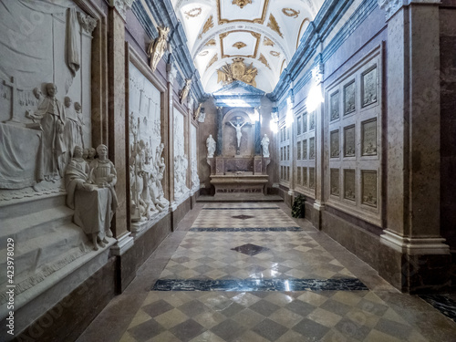 Canvas Print Capilla con pavimento, muros, estatuas y adornos en mármol que sirvieron de ente