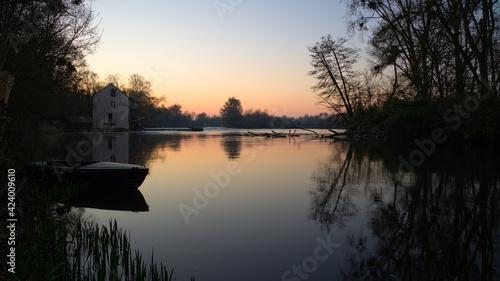 Obraz na plátně Lever de soleil sur le Loir devant un barrage avec présence de barque